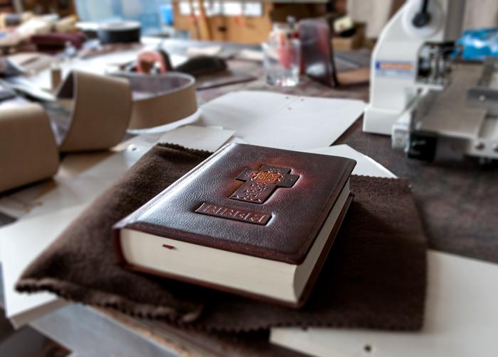 """Biblie cu coperte din piele, în """"interpretarea""""FurgaMurga"""
