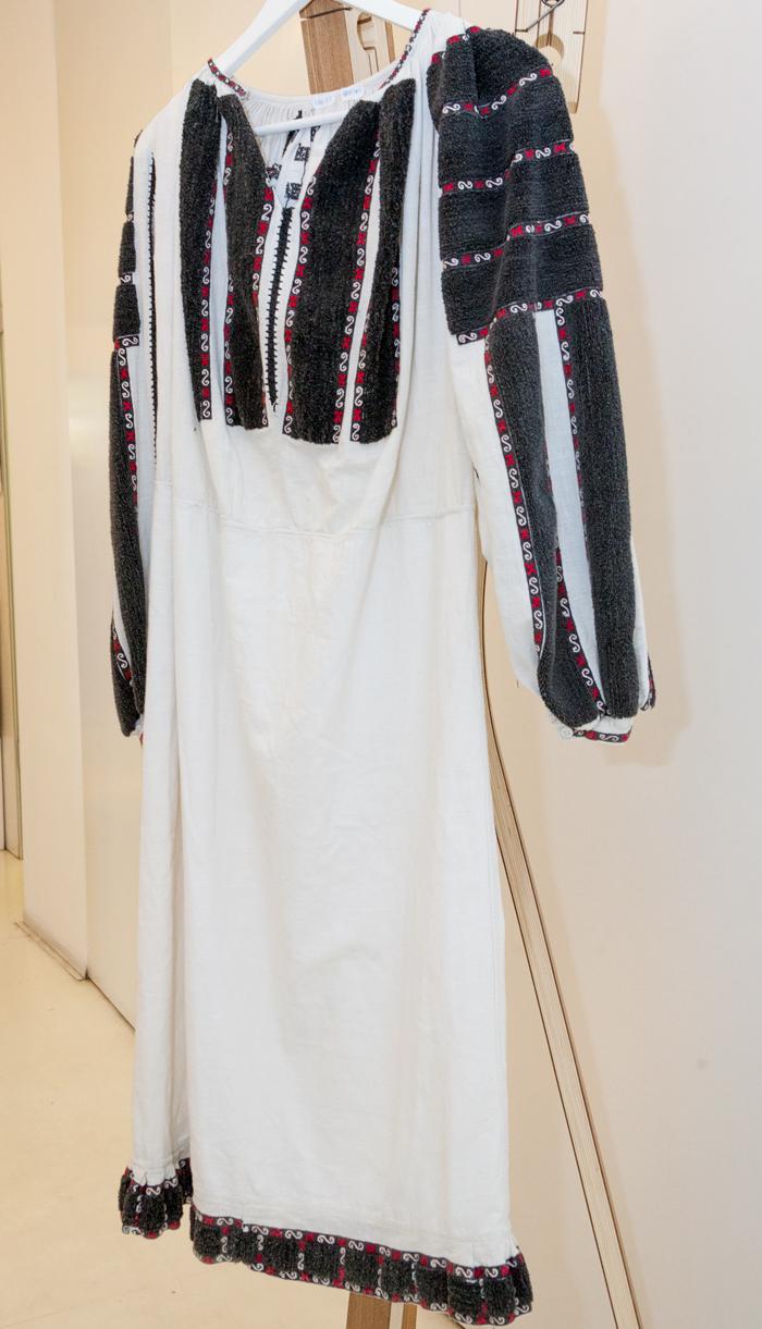 Ie de la 1910 - 1915, din Câmpulung Muscel. Cusătura este realizată cu ac persan, prin tehnica introducerii, apoi tăierii aței. De regulă, această ie era purtată de femeile bătrâne.