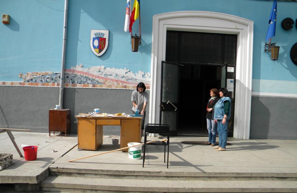 Lucrând la faţada Casei de Cultură din oraşul natal, Târnăveni