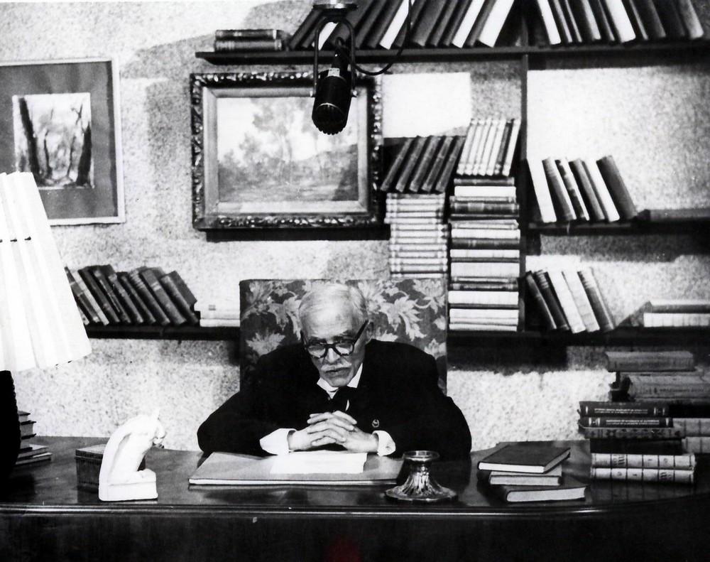 Poetul Tudor Arghezi, la biroul său
