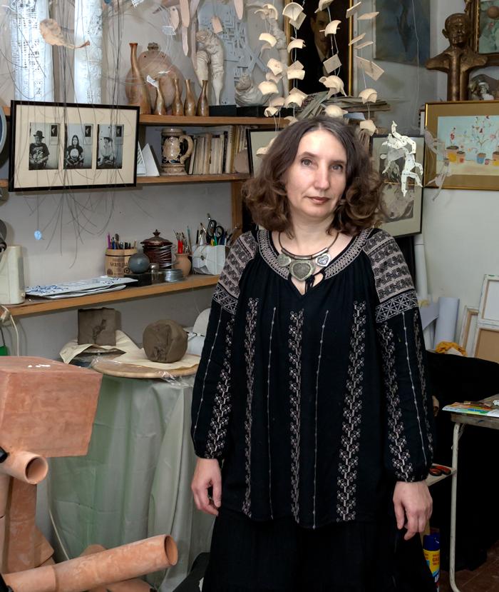 Artistul plastic Maria Cioată, în atelierul său