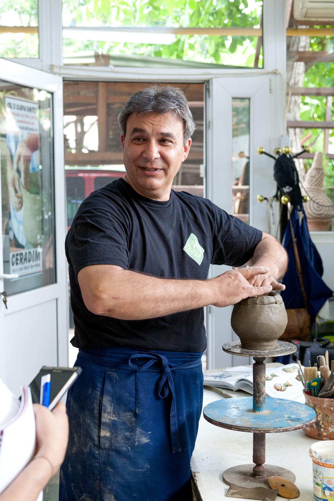 Meșterul Jorj Dimitriu lucrează obiectele ceramice după metoda veche, fără roata olarului