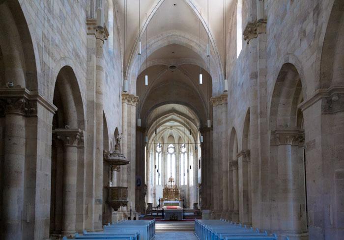 Pe dinăuntru, Catedrala Romano-Catolică oferă o remarcabilă ilustrare a stilului gotic