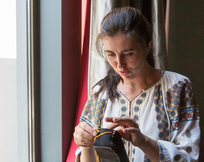 Aurelia Cășaru, prezentându-și ECOpincile pentru Matricea Românească