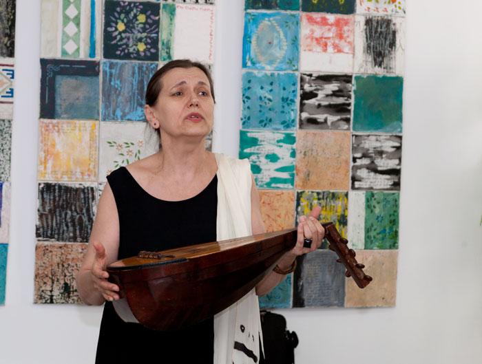 Doina Lavric Parghel, cântând la un vernisaj de la Curtea de Argeș