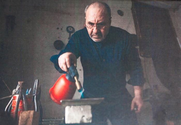 Nevers (Radu Ion), un argintar rom care lucrează în proiectul Meșteshukar ButiQ din 2011