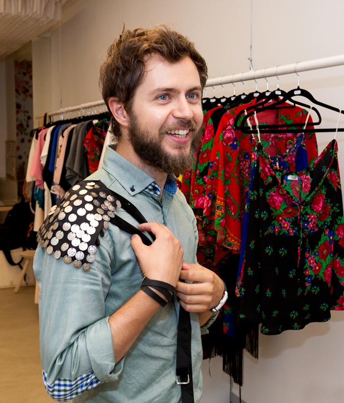 """""""Epoleții sunt unul dintre obiectele care s-au vândut cel mai bine. Vor fi purtați de către cântăreața Andra"""", spune Andrei Georgescu"""