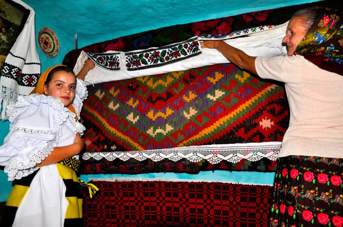 Țesăturile lucrate de către țărani sunt considerate parte a artei populare