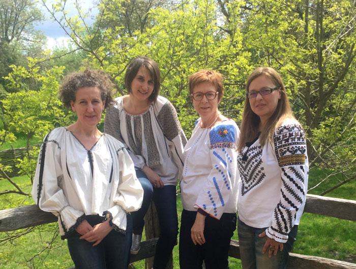 Martine (foto stânga) este îndrăgostită de ia românească, din care a făcut obiect de studiu la atelierul său de la Viscri