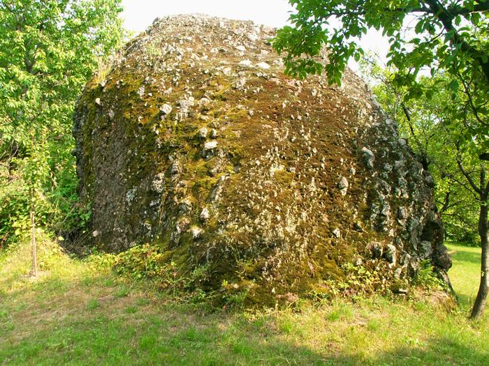 Apariţia clăilor de piatră din Şurdeşti este atribuită, de către localnici, intervenţiei divine