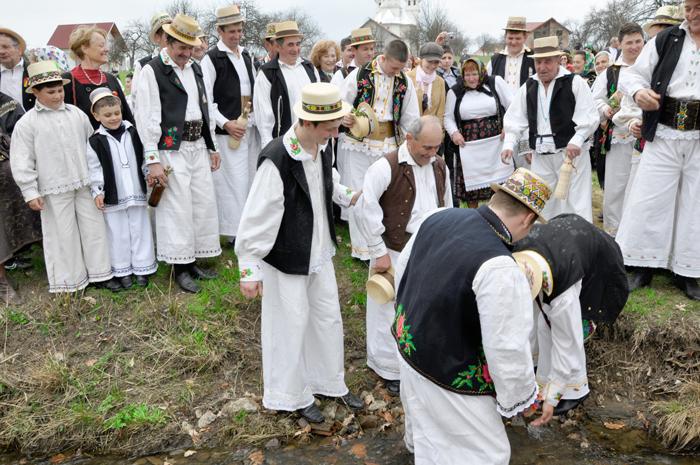 Udarea sărbătoritului la râu, pentru ca anul să fie rodnic