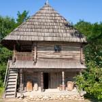 Casa Popii Udrişte din satul Olari (secolul XVIII), ai cărei stâlpi ar fi constituit inspiraţia pentru Coloana Infinitului