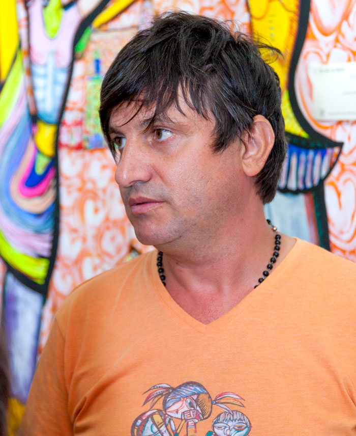 Artistul Laurențiu Dimișcă și-a exprimat nemulțumirea față de starea clădirilor vechi prin intermediul picturilor sale