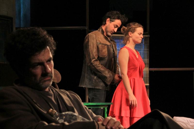 """Scenă din spectacolul """"Nebun din dragoste"""", de Sam Shepard, regizat de către Claudiu Goga"""