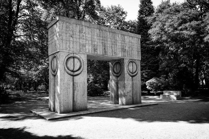 Poarta Sărutului de la Târgu Jiu, parte a ansamblului monumental Calea Eroilor, inaugurat în 1938