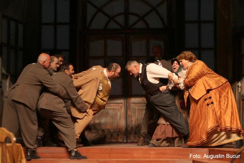"""Scenă din spectacolul """"Scrisoarea"""", după I.L. Caragiale, regizat de către Horațiu Mălăele"""