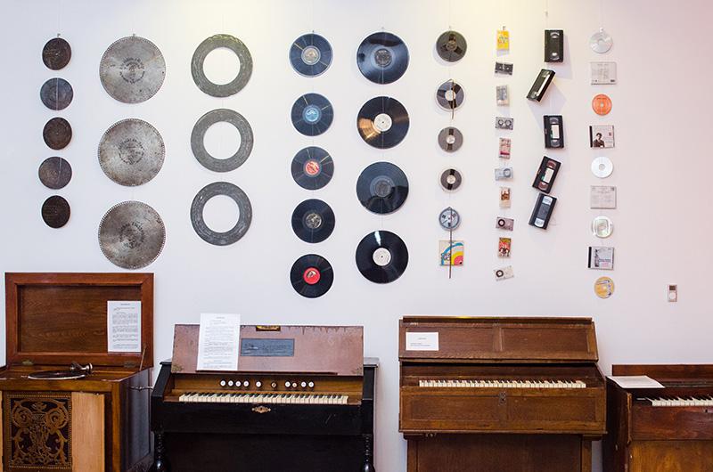 Evoluția suporturilor audio, ilustrată la Casa Mureşenilor: de la cele mai vechi discuri, până la iPod