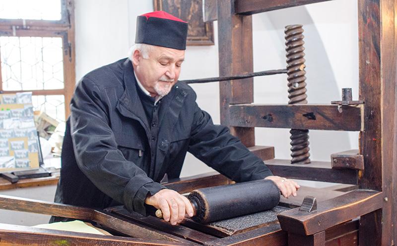 Vasile Oltean, arătându-ne cum se folosea tiparnița lui Coresi