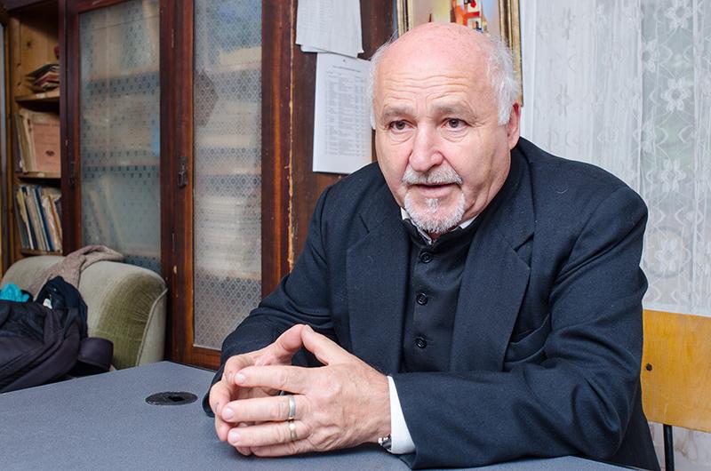 """Preotul Vasile Oltean, directorul Muzeului """"Prima Școală Românească"""", Brașov"""