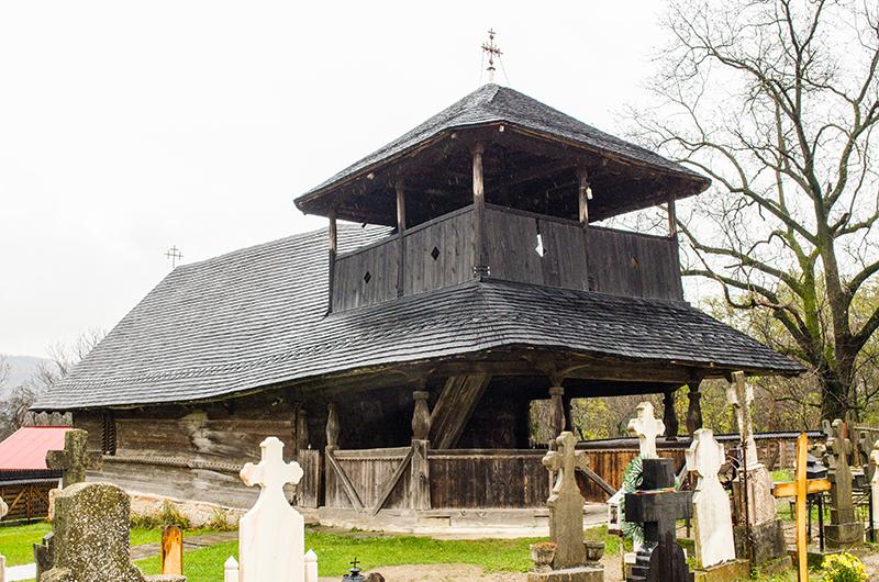 În pridvorul Bisericii de Lemn din Jupânești s-au format oameni