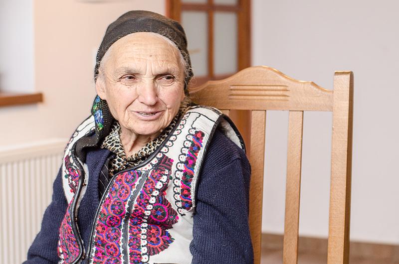 Valeria Sofonea (76 de ani), sprijinul meșterului cojocar