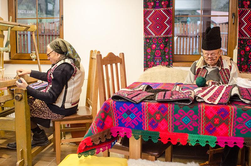 O zi obișnuită în viața unor meșteri români dedicați: Dumitru Sofonea brodează pieptare, în timp ce soția sa, Valeria, lucrează la război