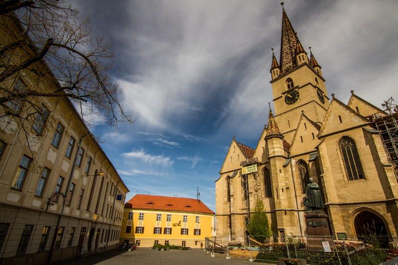 Piaţa Huet din Sibiu. În dreapta, Catedrala Evanghelică