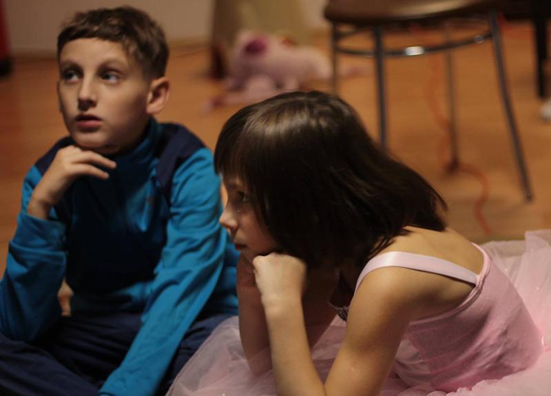"""Pentru că își doresc ca piesa să """"iasă"""" bine, copiii ascultă cu atenție instrucțiunile Laurei"""