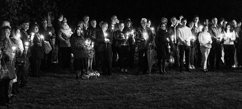 Noaptea de Înviere la Jupânești. Enoriașii, asistând la slujbă