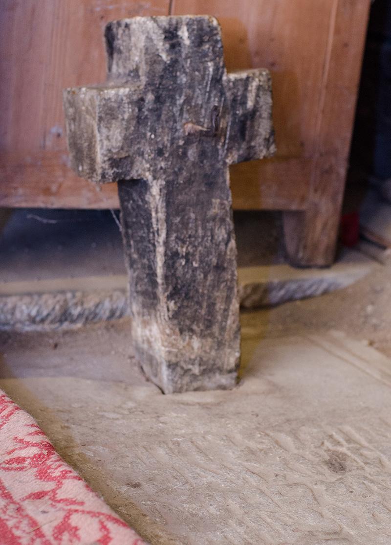 Piatra de mormânt a boierului Barbu Eneotu, omul prin sacrificiul căruia a fost ridicată noua biserică din Jupânești