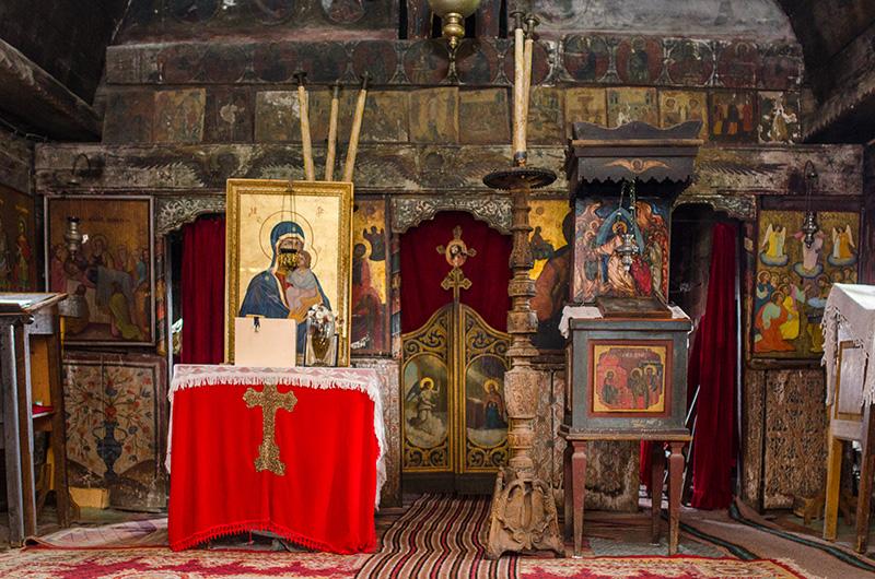 Interiorul bisericii de lemn din Jupânești