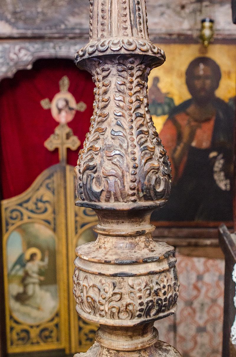 Sfeșnic împărătesc sculptat de către Mitropolitul Antim Ivireanul, la 1712, aflat azi în biserica din Jupânești