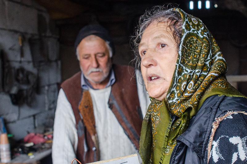 """Maria Constantin (72 ani) lucrează în atelier, alături de soțul său,""""până când nu mai e lumină afară"""""""