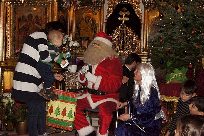 Cei mici Îl cunosc la Biserica Icoanei pe Hristos, dar nu sunt privaţi nici de cadourile Moşului