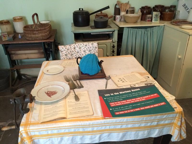 Bucătăria unei case din Liverpool, din timpul celui de-al Doilea Război Mondial