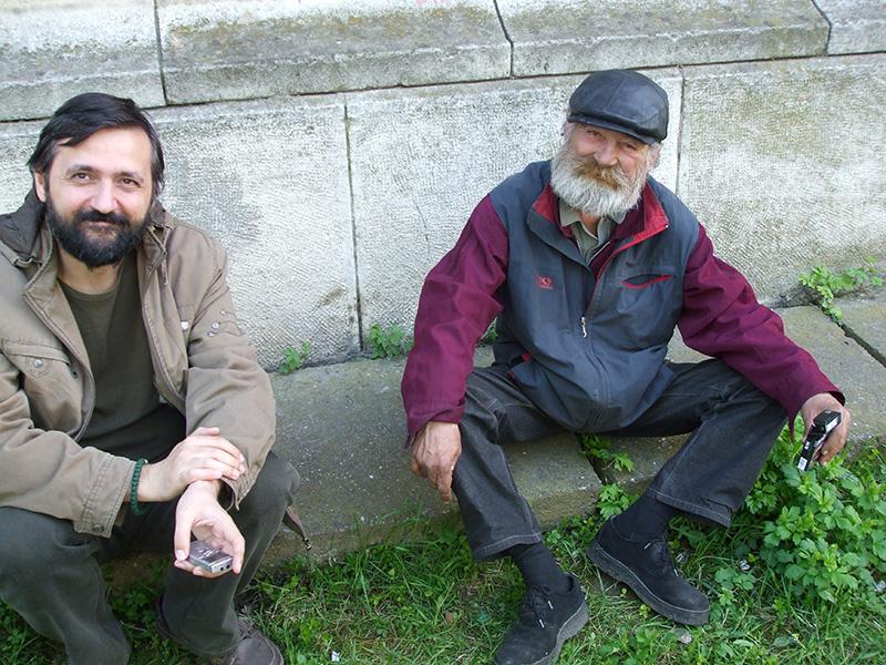 """Sociologul Ciprian Voicilă, discutând cu Doru Alexandru (60 ani), care trăiește din ajutorul """"oamenilor de rând, nu al magnaților"""""""