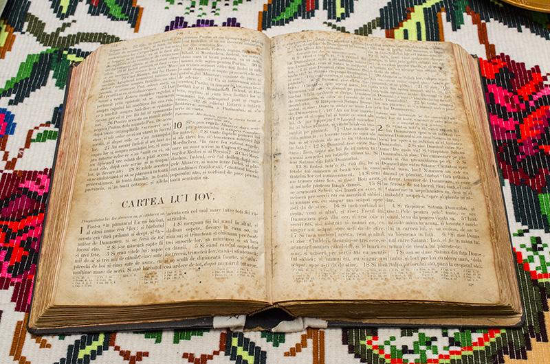 Nimic fără Dumnezeu: Cartea lui Iov stă la loc de cinste în casa Anuţei Ciceu