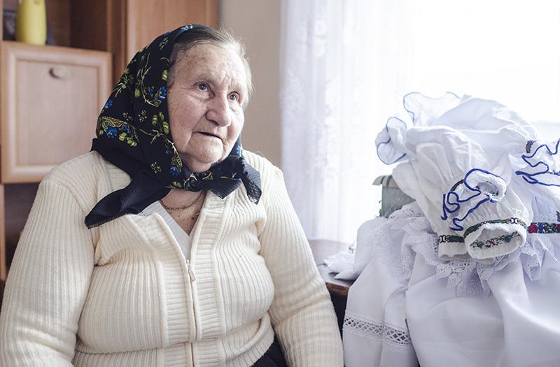 Meştera populară Anuţa Ciceu din Budeşti, 75 de ani