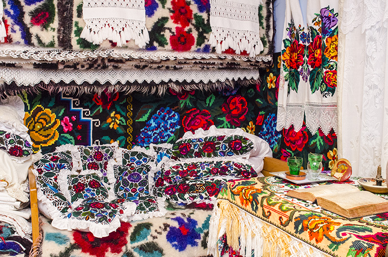 Mândria Anuţei Ciceu: camera îmbrăcată ţărăneşte, cu lepedeie, perini, ştergare şi alte ţesături tradiţionale