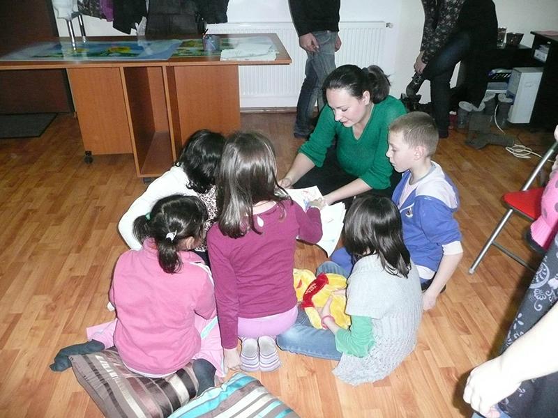 Mihaela Vechiu, în mijlocul copiilor dintr-un centru de plasament din Periș