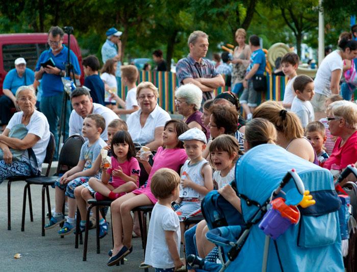Cu mic, cu mare, aşteptând porţia de cultură, la Craiova