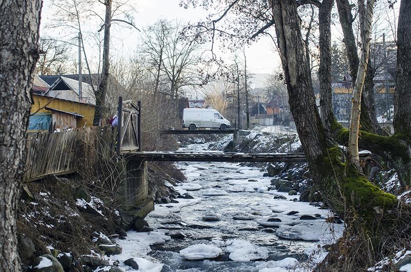 În drum spre casa Anuţei Ciceu, zisă a lu' Bârlog, din Budeşti
