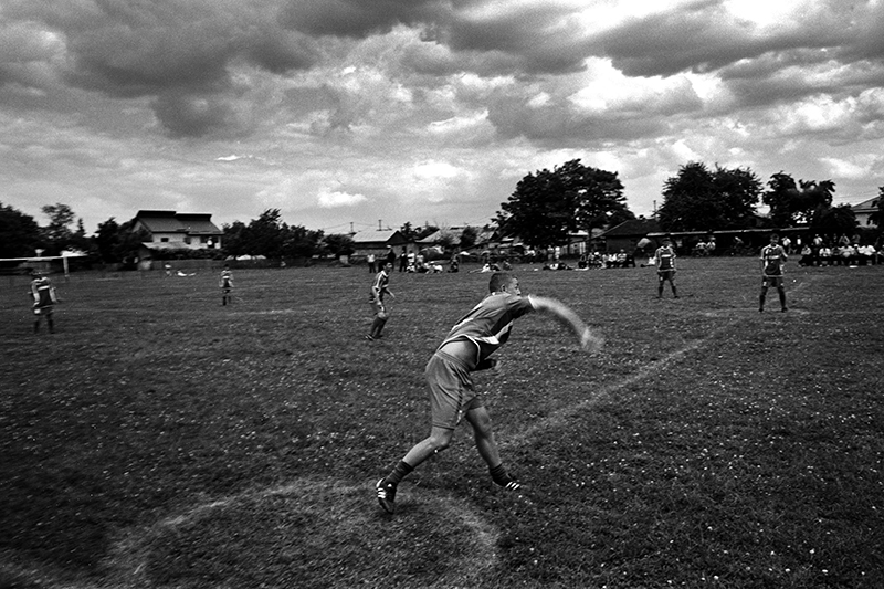 Jucător aruncând mingea, în încercarea de a lovi un adversar, pentru a câștiga puncte. Pentru ca lovitura să fie un punct valid, el trebuie aibă cel puțin un picior în interiorul cercului atunci când aruncă (Gherăești, județul Neamț) Foto: Bogdan Boghițoi