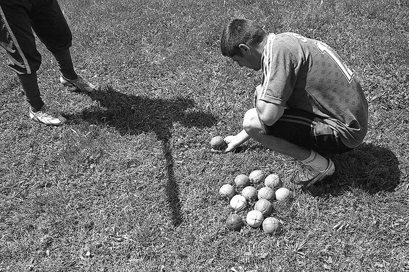 Echipa Straja se pregătește pentru Cupa Regelui. Fiecare echipă de oină are propriile mingi, care sunt numărate și păzite cu grijă la fiecare antrenament sau joc (București) Foto: Sorin Vidis