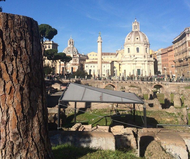 Via dei Fori Imperiali. În fundal, Columna lui Traian