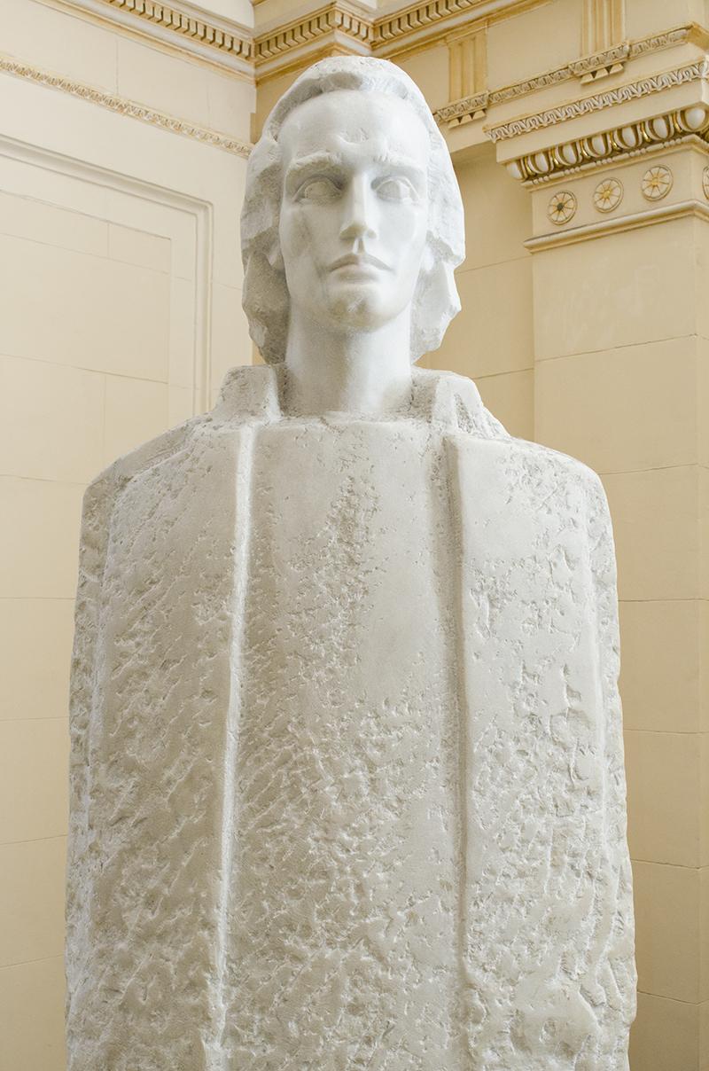 Bustul lui Mihai Eminescu, din holul Facultăţii de Litere din Bucureşti