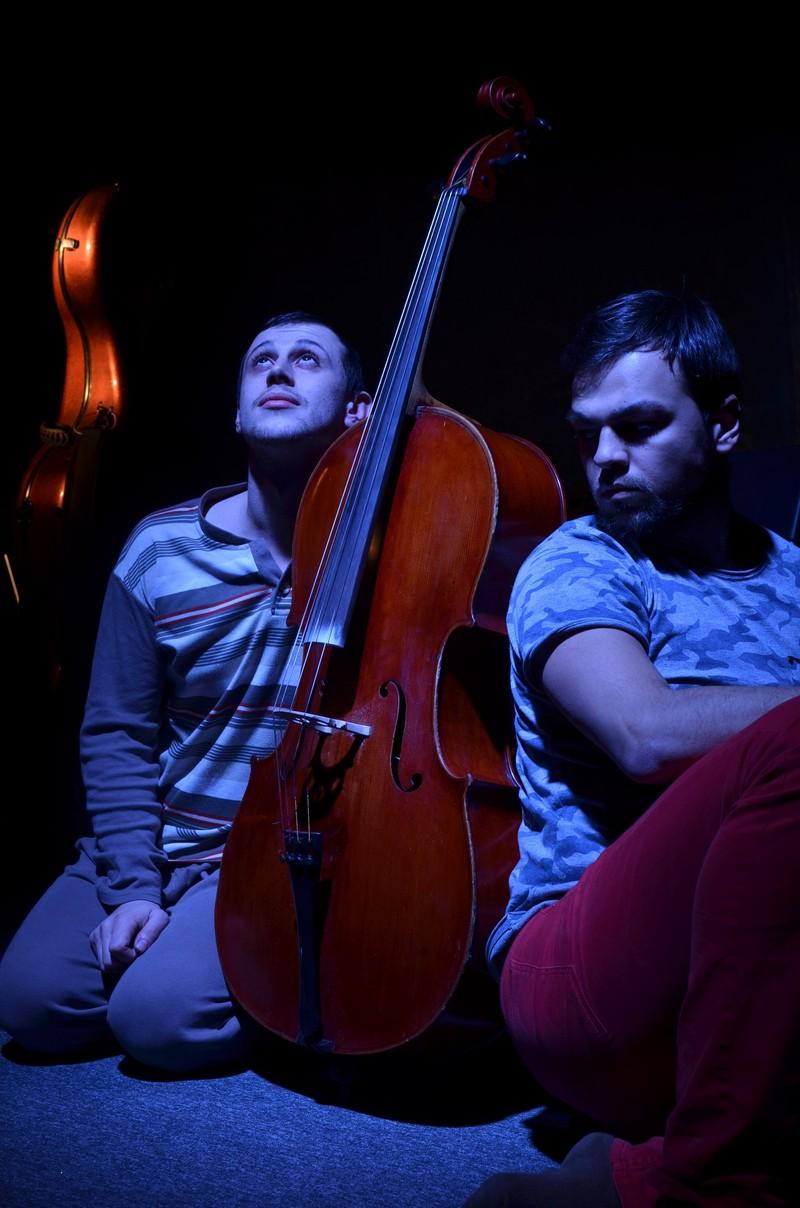 Victor Țăpeanu (dreapta) și Vlad Basarabescu au realizat un joc actoricesc impecabil