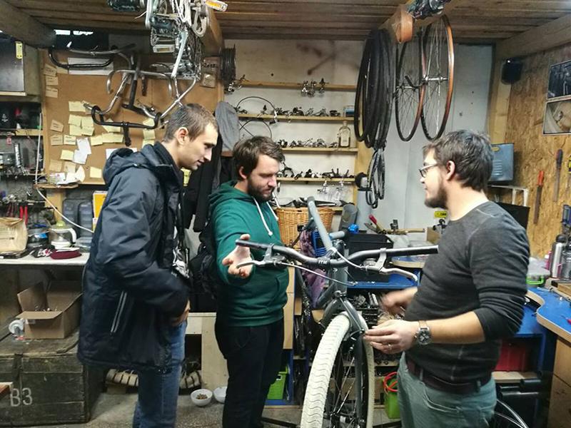 Raul Gârleanu (dreapta), evaluând o bicicletă alături de colegul său, Mihai Borcescu (centru)