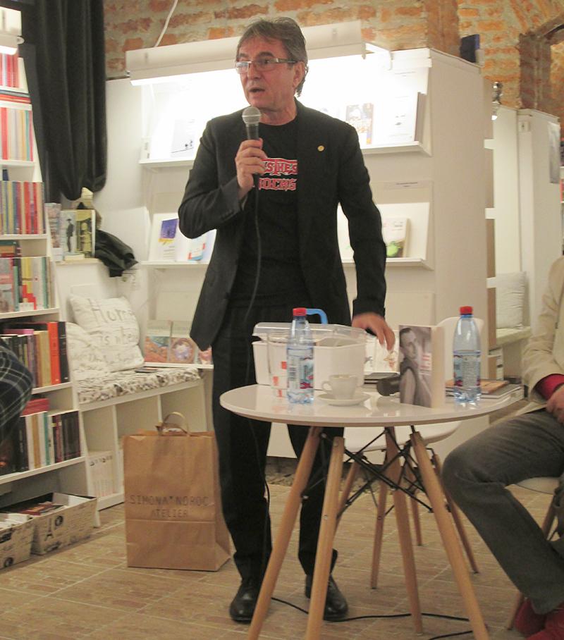 """Medicul Dorel Săndesc, vorbind despre cartea lui Robert Șerban, la librăria """"La Două Bufnițe"""" din Timișoara"""