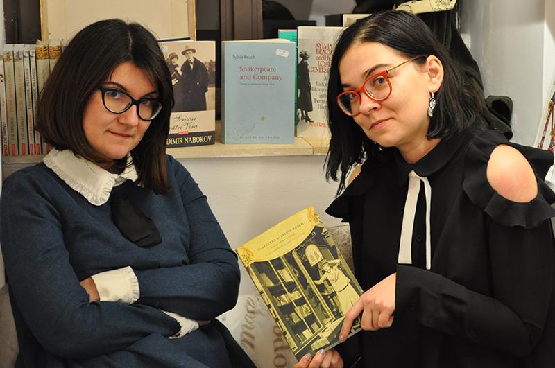 """Timişorencele Oana Doboși-Potcoavă (stânga) și Raluca Selejan, """"bufnițele"""" care au deschis o librărie aparte"""